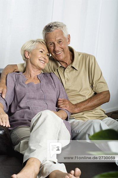 Altes Paar sitzt auf einem Sofa  fully_released Altes Paar sitzt auf einem Sofa, fully_released