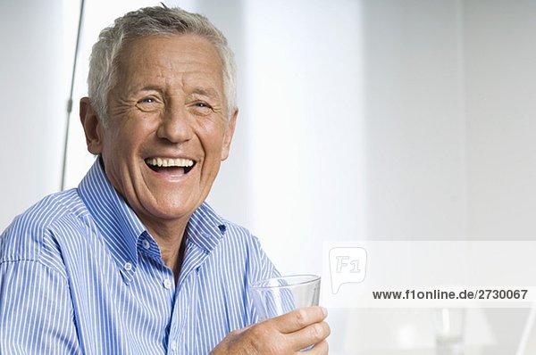Alter Mann mit einem Glas Wasser lacht  fully_released Alter Mann mit einem Glas Wasser lacht, fully_released