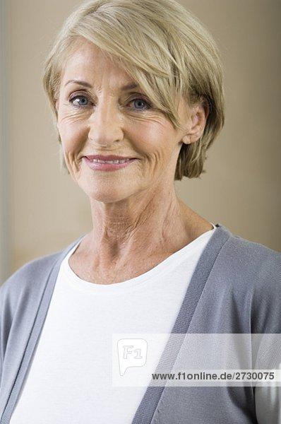 Alte Frau lächelt in die Kamera  fully_released