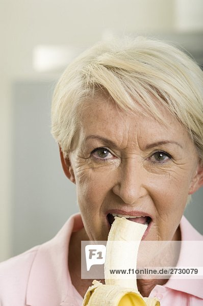 Alte Frau isst eine Banane  fully_released Alte Frau isst eine Banane, fully_released