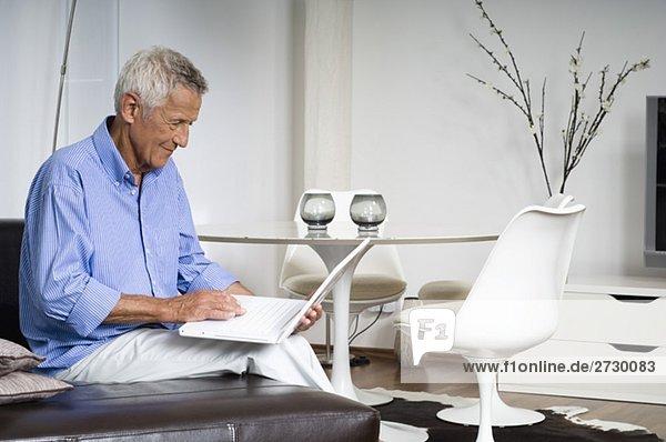 Alter Mann arbeitet an einem Laptop  fully_released Alter Mann arbeitet an einem Laptop, fully_released