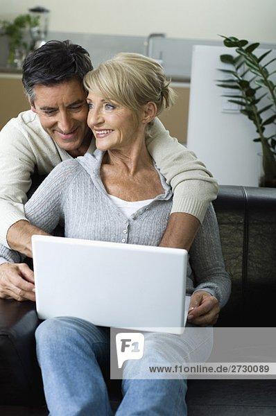 Paar arbeitet zusammen an einem Laptop  fully_released