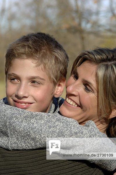 Junge umarmt Frau
