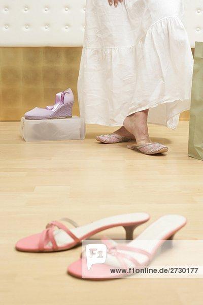Schwanger Frau beim Shopping  probiert Schuhe an  Ausschnitt  fully_released