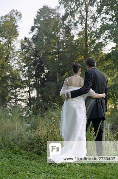 Brautpaar an einem See - Idylle - Harmonie - Natur - Hochzeit  fully_released