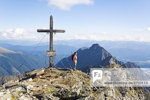 Weibliche Wanderer auf Berggipfel  Niedere Tauern  Salzburg  Österreich