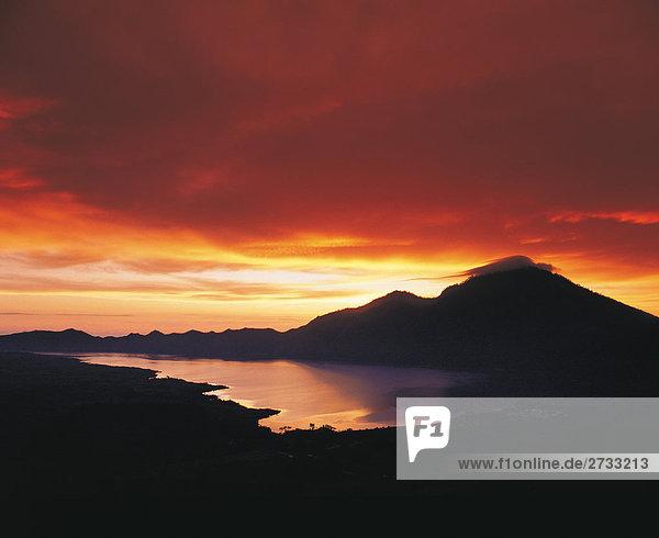 Sonnenuntergang über Kintamani Berg in Bali. Indonesien. Asien
