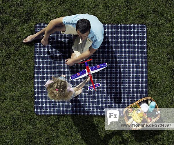 Vater und Tochter beim Picknick