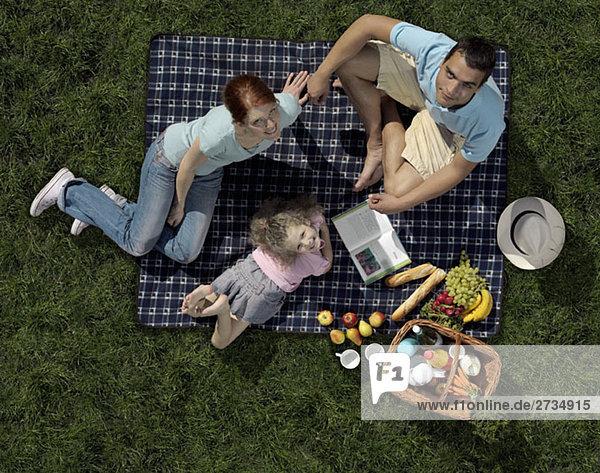 Eine Familie beim Picknick