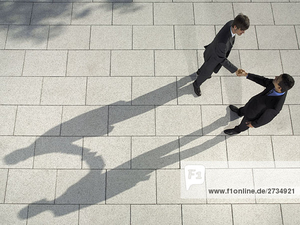 Zwei Geschäftsleute beim Händeschütteln