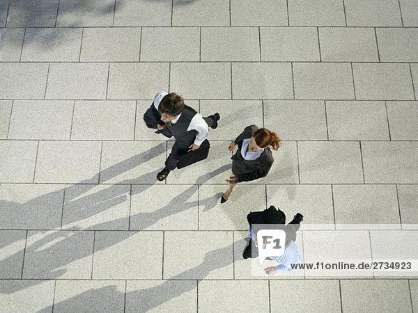Drei Geschäftsleute laufen
