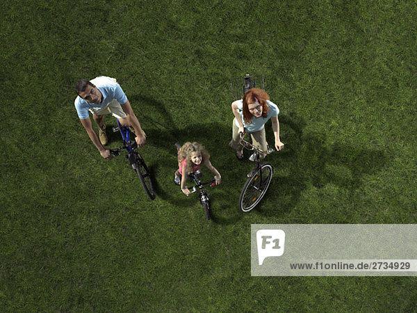 Eine Familie mit Fahrrädern