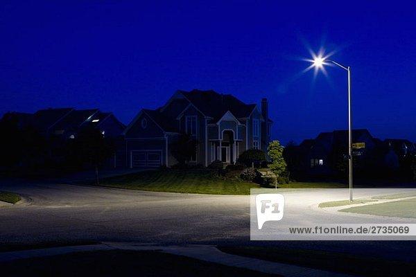 Vorstadthäuser bei Nacht