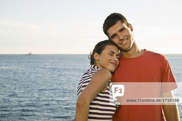 Ein junges Paar entspannt am Meer