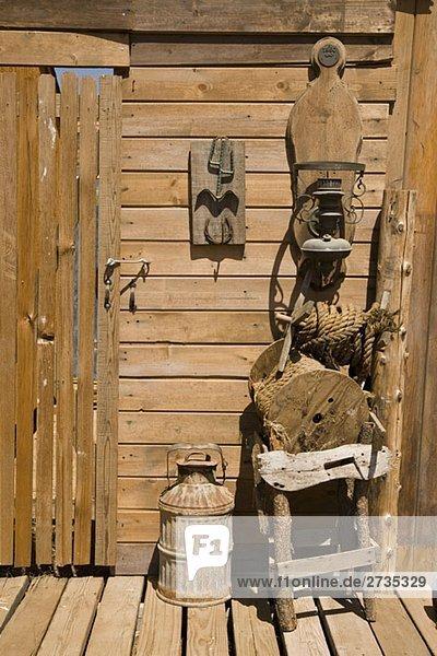 Holzkonstruktion mit Milchkanne  Laterne und Stuhl Holzkonstruktion mit Milchkanne, Laterne und Stuhl