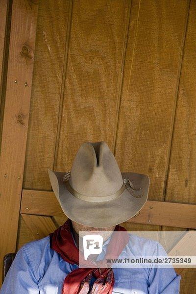 Ein Cowboy  der mit seinem Hut über dem Gesicht ruht. Ein Cowboy, der mit seinem Hut über dem Gesicht ruht.