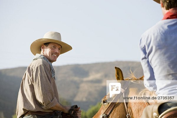 Zwei Cowboys auf Pferden Zwei Cowboys auf Pferden