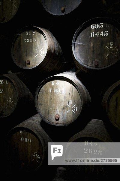 Weinfässer im Keller Weinfässer im Keller