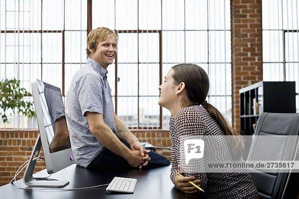Eine Frau und ein Mann in einer Büropause