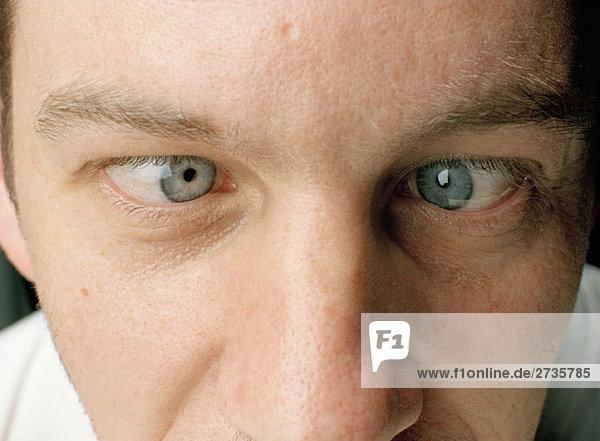 Nahaufnahme eines Mannes mit gekreuzten Augen