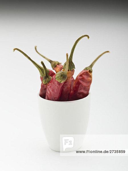 Ganze getrocknete rote Chilis in einer Tasse