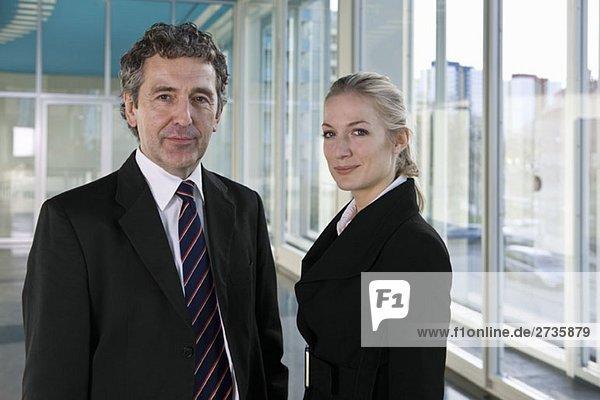 Portrait eines Geschäftsmannes und einer Geschäftsfrau