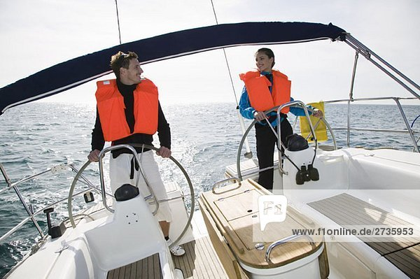 Ein Mann und eine Frau segeln