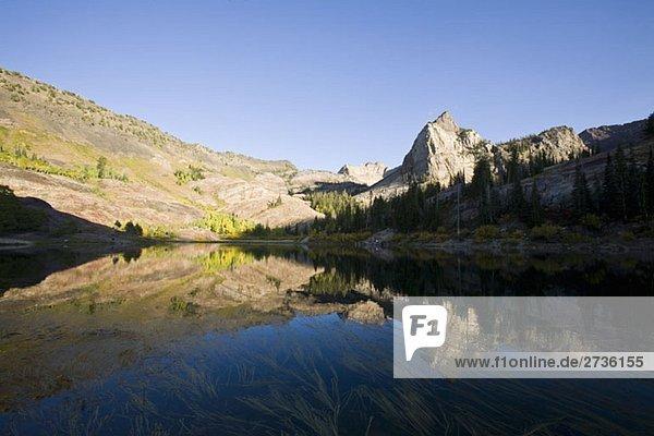See umgeben von felsigen Bergen