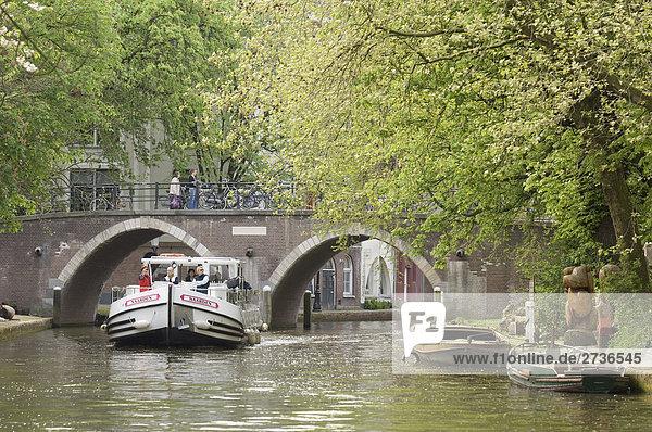 Touristen auf Boot im Fluss  Alte Gracht  Utrecht  Niederlande Touristen auf Boot im Fluss, Alte Gracht, Utrecht, Niederlande