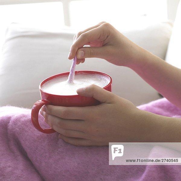 Kuscheldecke und warme Milch mit Honig