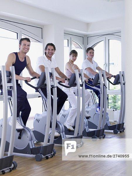 Gruppe an den Fitnessrädern