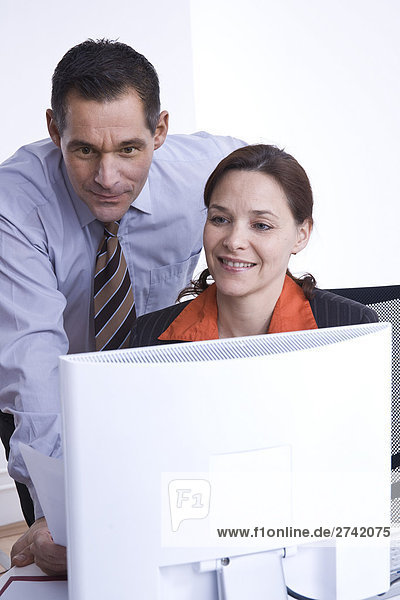 Geschäftsleute diskutieren in office