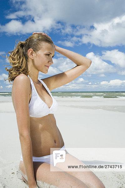 Frau nehmen Sonnenbad am Strand