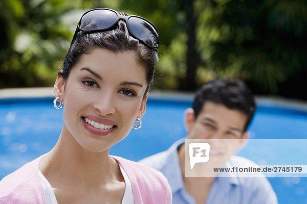 Portrait Frau Mann lächeln Hintergrund jung