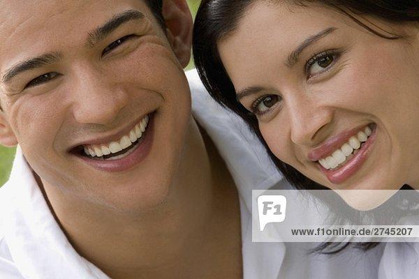 Porträt eines jungen Paares lächelnd zusammen