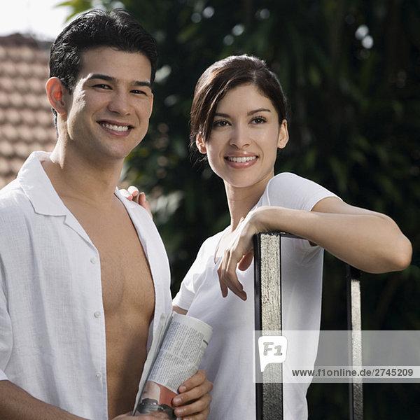 junges Paar stehen und lächelnd zusammen