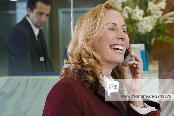 Nahaufnahme einer Reifen Frau Gespräch auf einem Mobiltelefon