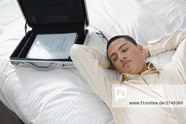 Kaufmann liegend auf dem Bett