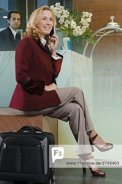 Reife Frau Gespräch auf einem Mobiltelefon