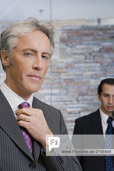Nahaufnahme ein älterer Mann seine Krawatte anpassen