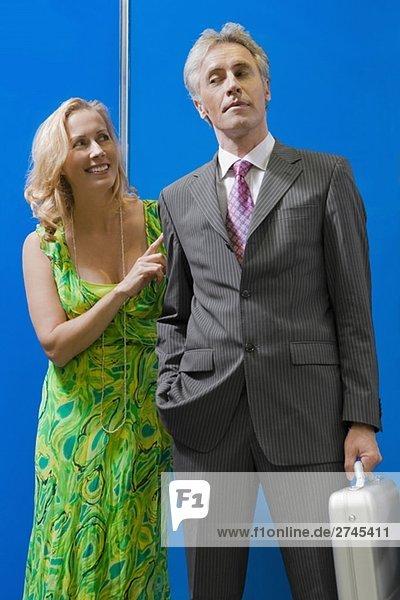 reifes Paar Standing in einem Aufzug