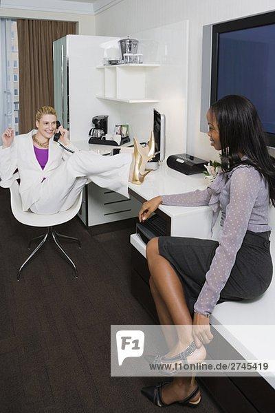 Zwei Geschäftsfrauen Blick auf einander und lächelnd