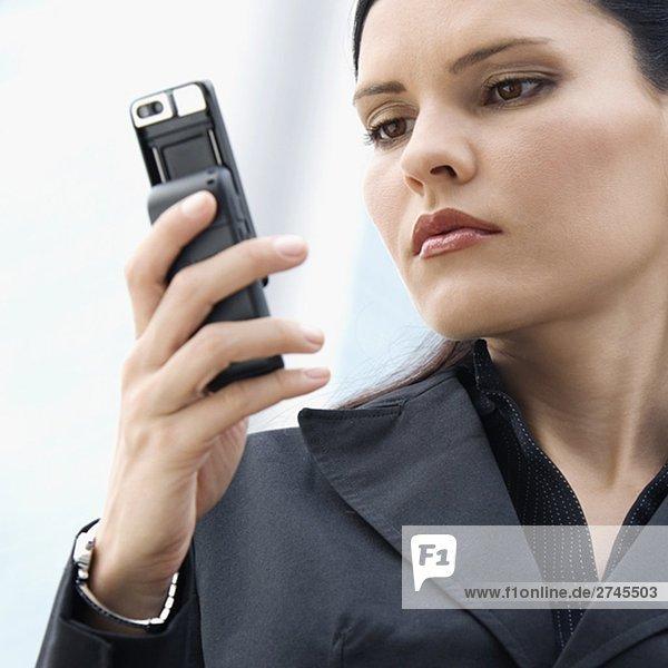 Nahaufnahme mit einem Mobiltelefon geschäftsfrau