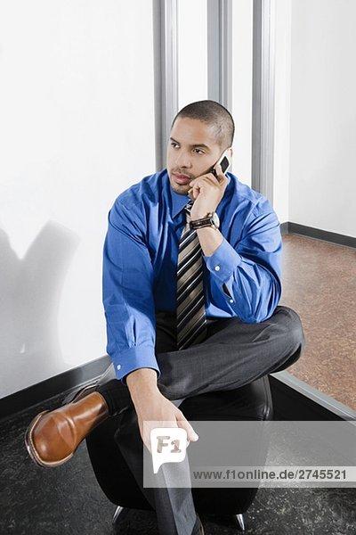 Mitte Erwachsenen Mann sprechen auf einem Mobiltelefon