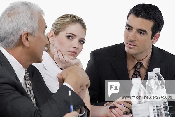 Zwei Geschäftsleute und eine geschäftsfrau bei einem Treffen in einem Konferenzraum
