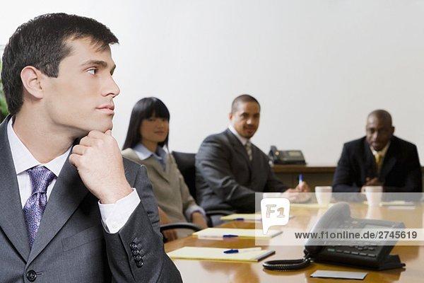 Nahaufnahme für einen Unternehmer Denken mit seinen Kollegen im Hintergrund