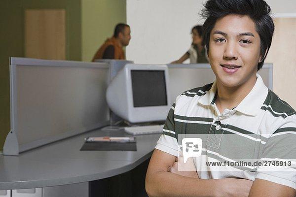Porträt eines jungen Mannes lächelnd