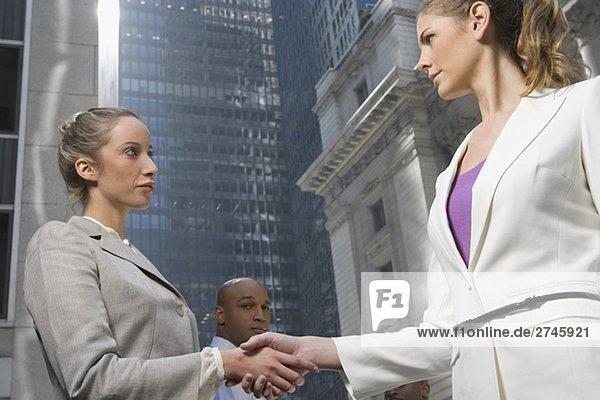 Untersicht von zwei Geschäftsfrauen Händeschütteln