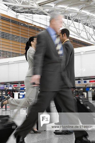 Zwei Geschäftsleute und Wandern auf einem Flughafen geschäftsfrau