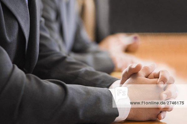 Mitte Abschnitt Blick auf zwei Geschäftsleute mit ihre Hände